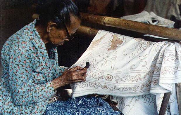 Mỗi tấm vải batik không chỉ đơn giản là một sản phẩm may mặc mà nó còn chứa đựng những giá trị tinh thần và tâm huyết mà các nghệ nhân đã gửi gắm trong đó