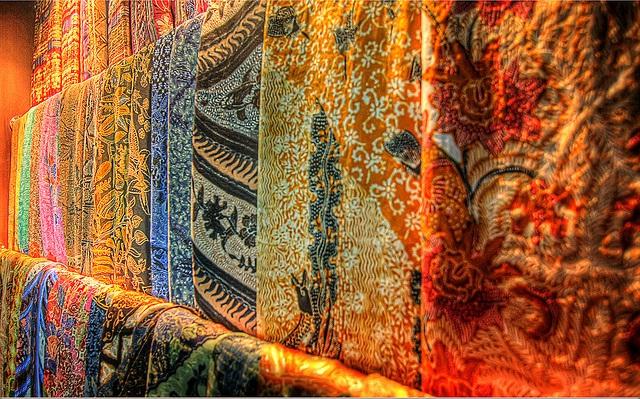 Batik chính là một tấm vải truyền thống được tạo ra bằng kỹ thuật nhuộm sáp và in các hoa văn bằng phương pháp thủ công truyền thống của người dân Indonesia
