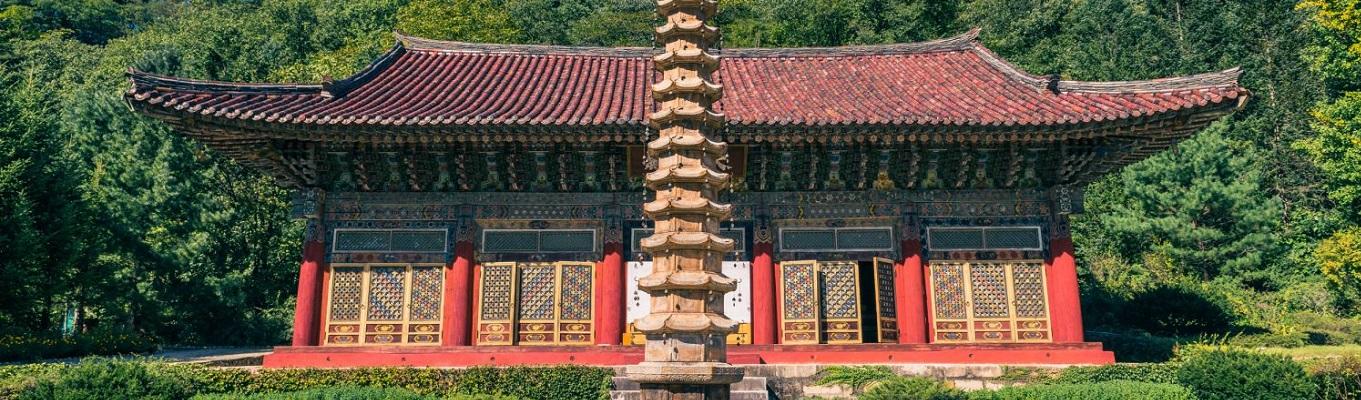 Ngôi chùa Pohyon cổ kính, có từ thể ký thứ 11, dưới triều đại Koryo. Pohyon là một trong số ít những ngôi chùa Phật giáo còn sót lại ở Triều Tiên với khung cảnh xinh đẹp và bình lặng.