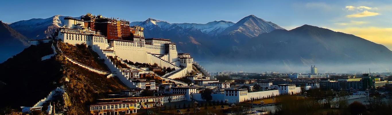 Cung điện Potala: biểu tượng của thủ phủ Lhasa, do Tạng Vương Tùng Tán cương Bố khởi công xây dựng vào thế kỷ thứ 7, sau đó Đức Đạt Lai Lạt Ma đời thứ 5 trùng tu vào năm 1644 và hoàn tất vào năm 1695.