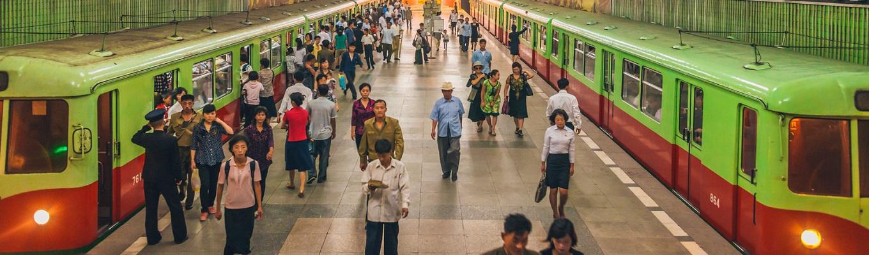 Nhà ga điện ngầm Bình Nhưỡng, trải nghiệm hệ thống tàu điện ngầm sâu nhất thế giới (bình quân hơn 100m dưới lòng đất). Tại đây, quý khách sẽ chờ tàu điện và đi cùng với người dân địa phương.