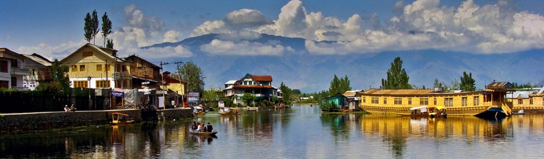 Nằm giữa những dãy núi Himalaya hùng vĩ, hồ Dal với vẻ đẹp sông nước yên bình luôn thu hút du khách ngay từ cái nhìn đầu tiên