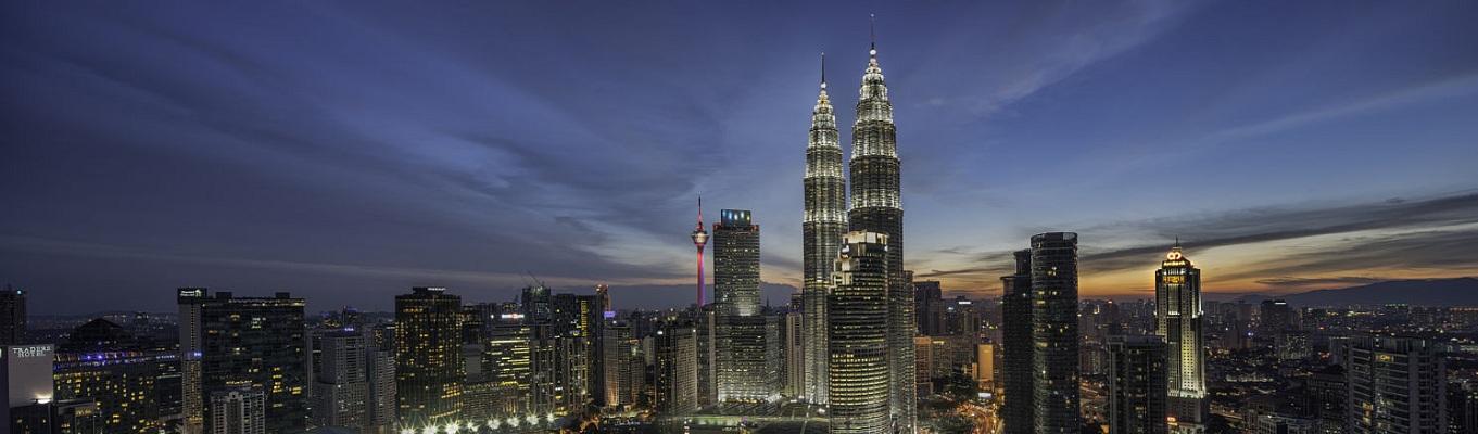 Biểu tượng được biết đến nhiều nhất khi nhắc tới KL chính là tháp đôi Petronas, vốn là tháp đôi cao nhất thế giới, đặt cạnh một trong những trung tâm mua sắm nhộn nhịp nhất Malaysia - Suria KLCC.