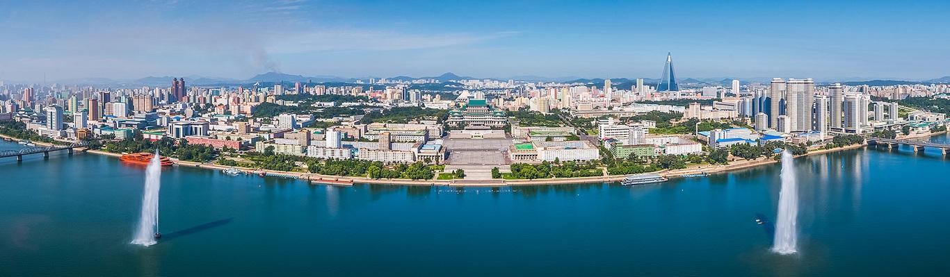 Bình Nhưỡng nằm ở phần tây-trung của Bắc Triều Tiên, thành phố nằm trên một vùng đồng bằng bằng phẳng cách 50 km (30 mi) về phía đông của vịnh Triều Tiên, một bộ phận của Hoàng Hải. Sông Đại Đồng chảy theo hướng tây nam qua thành phố và đổ vào vịnh Triều Tiên