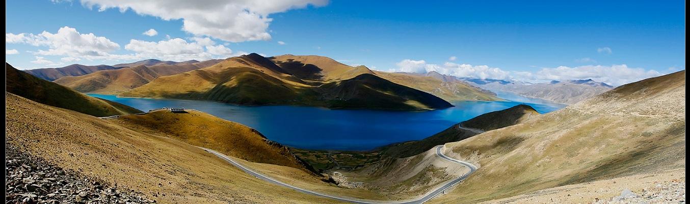 """Hồ Yamdrok là hồ lớn thứ ba của Tây Tạng, nằm ở độ cao trên 4000m và được xem là hồ thiêng của Tây Tạng. Yamdrok được biết đến như một chiếc hồ vớ sự tĩnh lặng """"không thể tả xiết"""" nằm trên cao nguyên hoang dã mà xung quanh bờ là những ngọn núi cao chọc trời."""