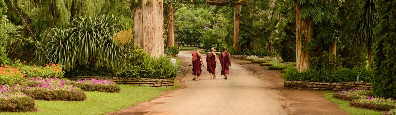 Người dân Myanma đa số họ sùng đạo Phật, tại bất kỳ thành phố nào, thị xã nào đều có ít nhất một ngôi chùa và một tu viện Phật giáo. Đạo Phật có ảnh hưởng rất lớn đối với người dân Myanma, cuộc sống của họ được gắn liền với các nghi lễ Phật giáo.