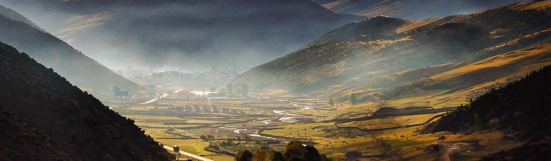 Đoạn đường đi đến Tây Tạng là một loạt những đường cong khúc khuỷu, quanh co uốn lượn hình ziz zac tạo nên một hình ảnh rất lạ.