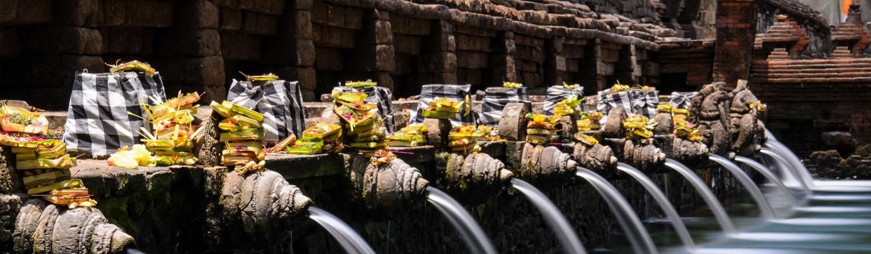 """Người ta gọi Tirta Empul là """"Hương vị sự thánh thiện"""" bởi dòng nước trong đền được cho là chữa được mọi loại bệnh. Truyền thuyết kể rằng trong trận chiến giữa thần Indra với ác ma Mayadanawa, ác ma Mayadanawa đã làm nhiễm độc các dòng sông và làm cho hàng trăm người bị bệnh, nên thần Indra đã tạo ra nước tinh khiết và thiêng liêng để chữa bệnh cho họ. Bây giờ nguồn nước ấy nằm trong các hồ tắm ở đền Tirta Empul."""