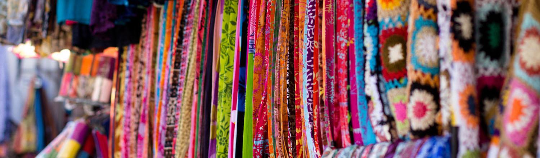 Batik là một kỹ thuật nhuộm truyền thống, nổi tiếng ở các nước Châu Á và Châu Phi. Mặc dù nguồn gốc chính xác của kỹ thuật nhuộm này chưa được khẳng định trong bất cứ văn tự nào, hầu hết du khách đều công nhận khu Indonesia là nơi batik được phổ biến nhiều nhất. Một chuyến du lịch hấp dẫn đến với đất nước Indonesia xinh đẹp, chúng ta không chỉ được chiêm ngưỡng những bờ biển xanh mê hồn, những đền thờ tuyệt đẹp mà còn được chiêm ngưỡng nét văn hóa Batik độc đáo của người Indonesia.