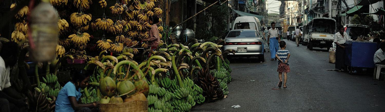 Thành phố Yangon gợi lại hình ảnh quen thuộc cách đây nhiều năm với những chiếc xích-lô cũ kỹ có thể bắt gặp trên mọi tuyến phố.