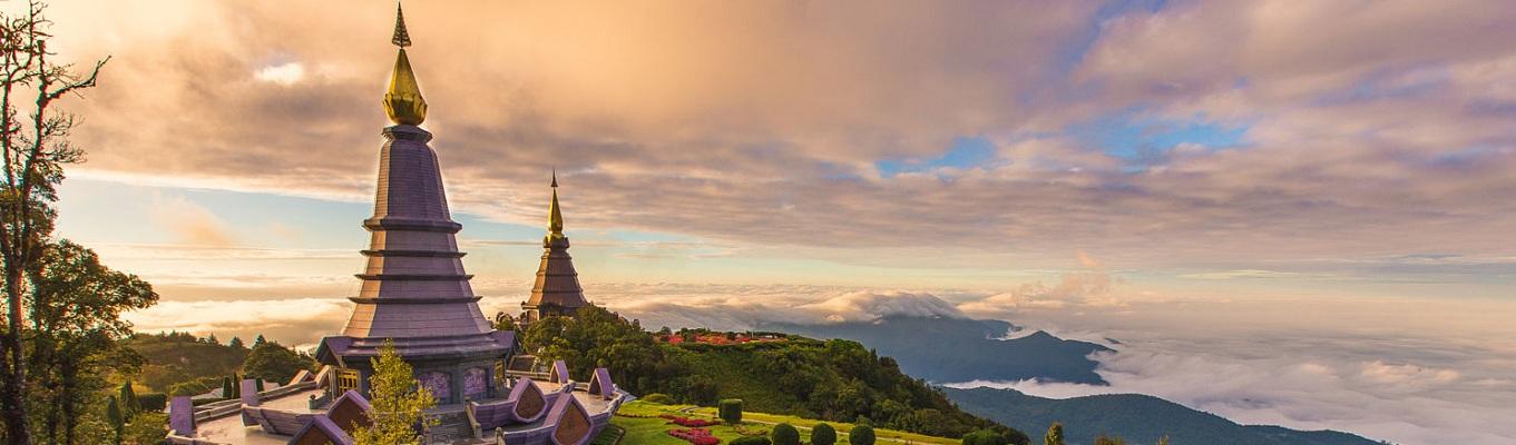 Doi Inthanol là ngọn núi cao nhất Thái Lan khoảng 2565m so với mực nước biển. Trên đỉnh núi có nhiều con đường trekking đơn giản đi xuyên vào khu rừng nguyên sinh với các cây cổ thụ lớn và những thản thực vật xanh ngắt