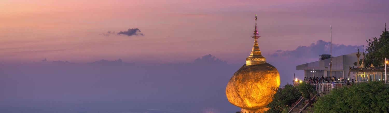 Chùa Đá Vàng nằm trên đỉnh núi Kyaikhtiyo với độ cao trên 1.000 m so với mực nước biển và cách Yagon hơn 200 km. Chùa Kyaikhtiyo tọa lạc trên một khối đá hình quả trứng nằm chênh vênh trên sườn ngọn núi cùng tên.