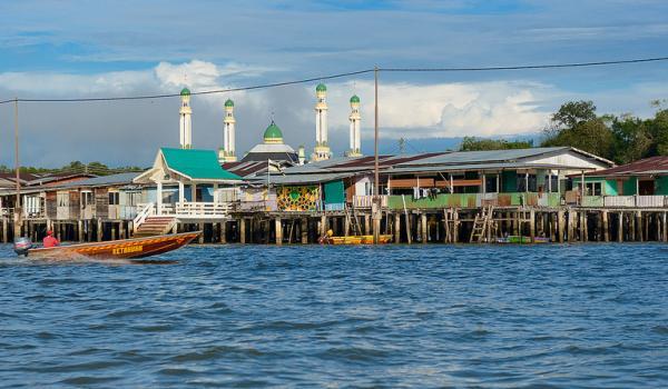 Làng nổi Kampong Ayer được xem là làng nổi ven sông lớn nhất thế giới