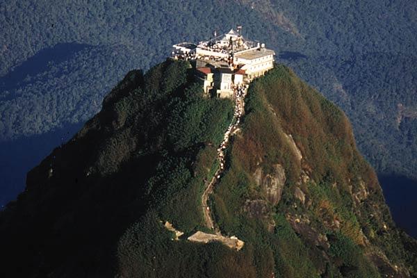 Adam's Peak là nơi thu hút hàng ngàn người hành hương và khách du lịch Sri Lanka trên khắp thế giới