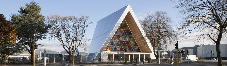 Nhà thờ Cardboard Catheral, một nhà thờ thay thế tạm thời được làm từ bìa các tông, gỗ và kính, được thiết kế bởi kiến trúc sư Shigeru Ban.