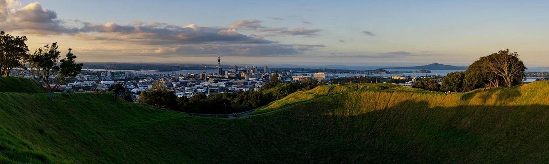 Eden là ngọn núi lửa cao nhất tại khu vực Auckland. Chiều cao của nó lên đến khoảng 640 foot, tương đương 196 mét so với mực nước biển. Du khách đến đây có thể tiếp xúc với miệng núi lửa sâu gần 50 mét, thưởng thức khung cảnh tuyệt vời của thành phố Auckland từ đỉnh núi huyền thoại này