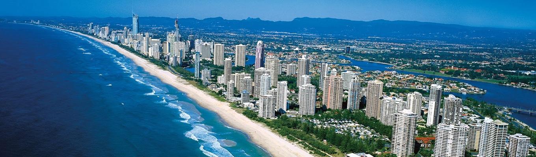 Gold Coast nổi tiếng là một thành phố du lịch, có nhiều bãi biển đẹp và là thiên đường của môn lướt sóng. Dân số của Gold Coast chỉ khoảng nửa triệu dân nhưng lại là một trong những thành phố phát triển nhanh nhất Australia