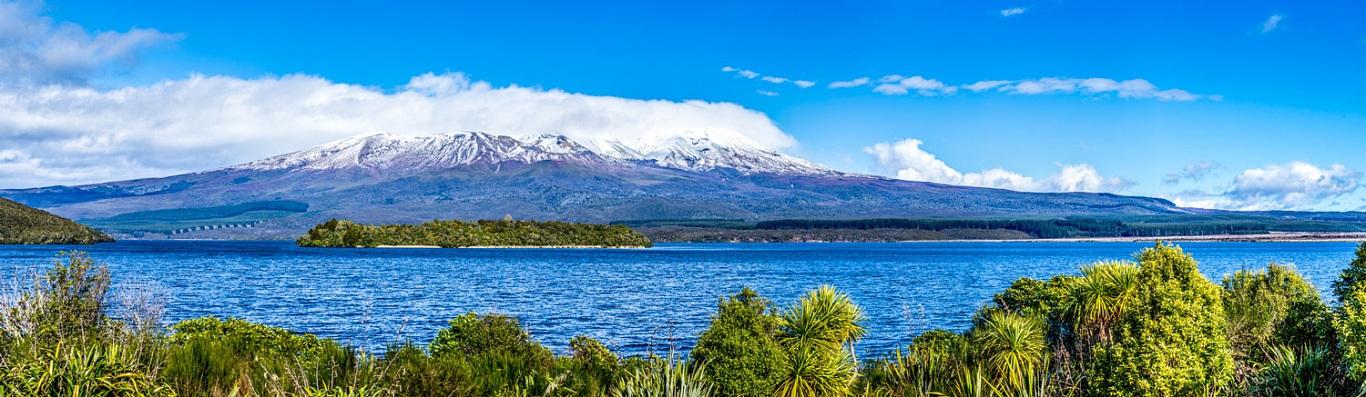Hồ Taupo – hồ nước ngọt lớn nhất New Zealand được tạo ra bởi một ngọn núi lửa phun trào cách đây 26.000 năm về trước. Với diện tích bề mặt 616km vuông và chu vi hồ là 193km, điểm sâu nhất là 186m