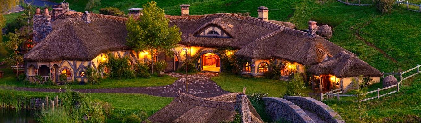 Ngôi làng Tí hon Hobbiton, ngôi làng được xây dựng để phục vụ cho tác phẩm điện ảnh nổi tiếng Lord of the Rings. Đến đây, quý khách sẽ được chụp ảnh và chiêm ngưỡng một thế giới cổ tích trong đời thực.