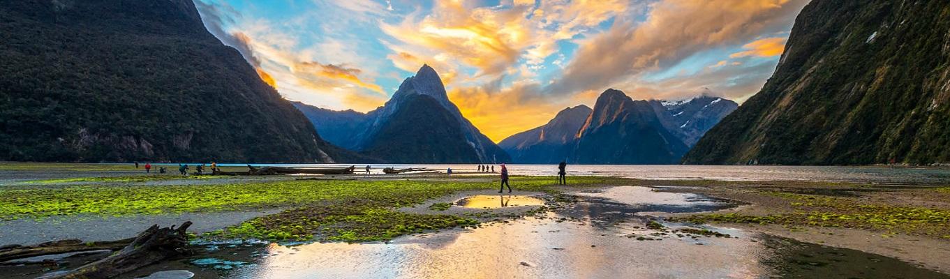 """Milford Sound, vịnh biển hẹp được mệnh danh là """"hòn ngọc"""" của vườn quốc gia Fiordland, đã được UNESCO công nhận là """"Di Sản Thế Giới"""". Nơi đây là một trong những địa điểm cuối cùng của New Zealand được khám phá bởi thế giới văn minh vào cuối thế kỷ 20 nhờ vào vị trí xa xôi, cũng như được bao quanh bởi các vách đá dốc và rừng nhiệt đới dày đặc."""