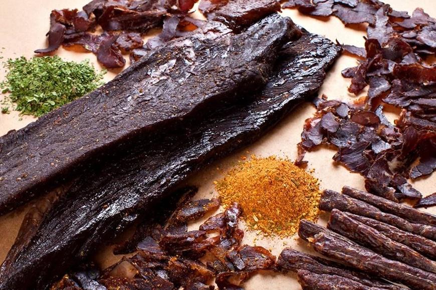 Món Bittong được làm từ thịt ướp với gia vị sau đó phơi khô
