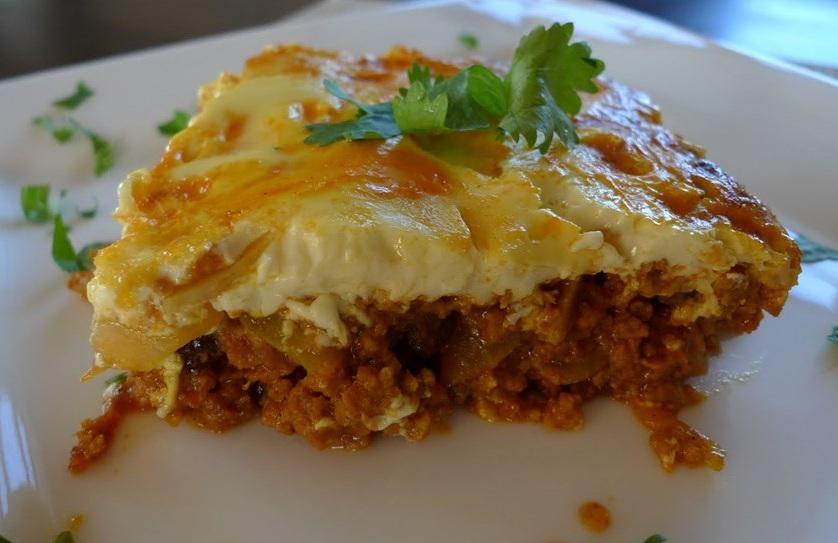 Món Bobotie được làm từ thịt băm đút lò được ướp khá cay, phía trên phủ một lớp trứng rất hấp dẫn. Bobotie được cho là món ăn của những người nô lệ Trung Ấn mà thực dân Hà Lan đưa đến Nam Phi