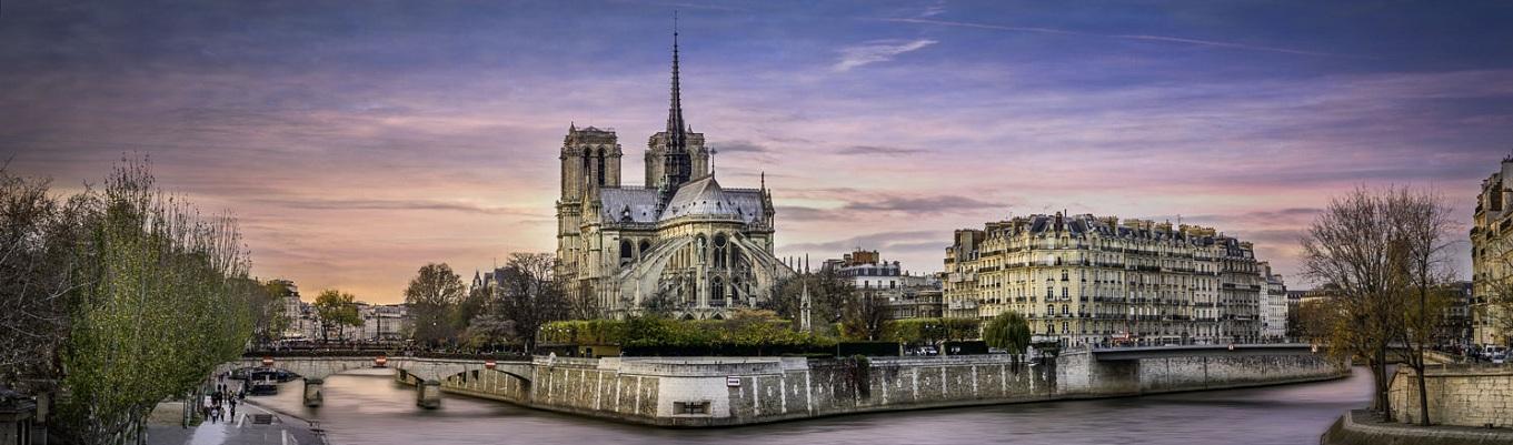 Nhà thờ Notre Dame de Paris - được xem là nhà thờ cổ kính nhất nước Pháp. Đây cũng chính là địa danh từng xuất hiện trong tiểu thuyết nổi tiếng Le Bossu De Notre – Dame/ The Hunchback of Notre Dame (Thằng gù nhà thờ Đức Bà Paris) của Victor Hugo vào năm 1831