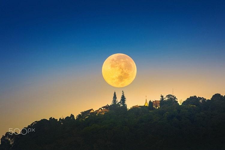 Khoảng khắc đẹp nhất để viếng chùa là lúc chiều gần tối. Lúc này, mặt trời lặn chiếu xuống cả thành phố Chiang Mai mờ sương
