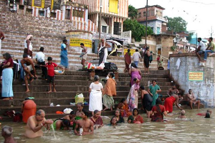 Mỗi buổi sáng, hàng vạn người dân kéo ra sông Hằng để tắm gội