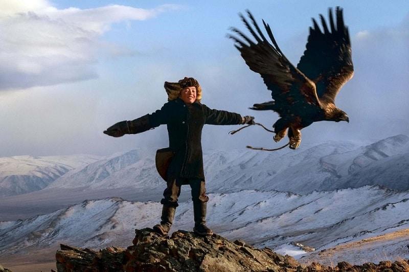 Đại bàng được tập săn mồi ngay khi bay được