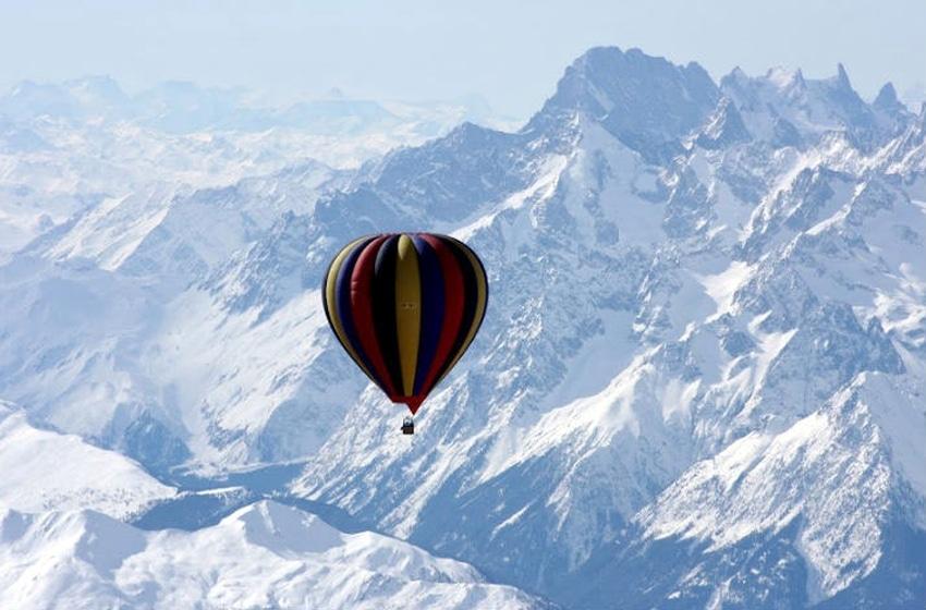 Còn gì tuyệt vời hơn khi được ngắm nóc nhà của thế giới bằng khinh khí cầu