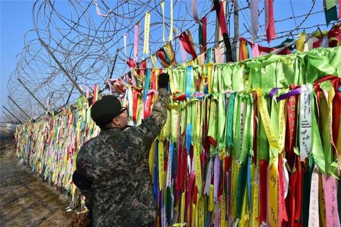 Những tin nhắn mong muốn thống nhất 2 miền Triều Tiên được ghi trên những dải băng ở công viên Imjingak