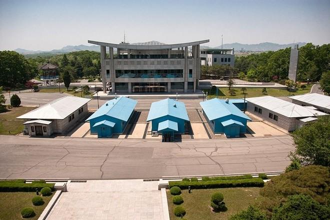 Khu phi quân sự nằm trong làng Panmunjeon (Bàn Môn điếm), phía Bắc cách thủ đô Seoul 50 km, ranh giới giữa hai miền Nam Bắc Triều Tiên
