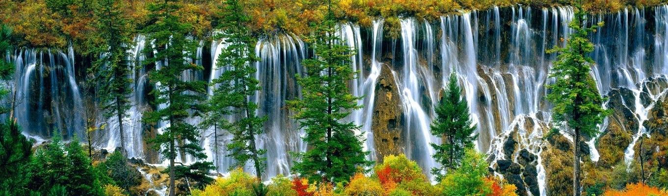 """Mâu Ni Câu được xem là một trong những thắng cảnh đẹp nhất của núi Hoàng Long, là một trong những địa đierm thu hút đông đảo khách du lịch. Mâu Ni Câu được xem là một trong những """"khu dự trữ sinh quyển thế giới, Di sản Thiên nhiên Thế Giới và Địa cầu xanh 21 của Liên Hợp Quốc"""""""