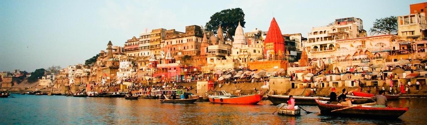 Sông Hằng - dòng sông linh thiêng của Ấn Độ. Mỗi khi bình minh lên, tất cả những sinh hoạt tôn giáo nơi đây như bừng dậy, sôi động và nhộn nhịp.