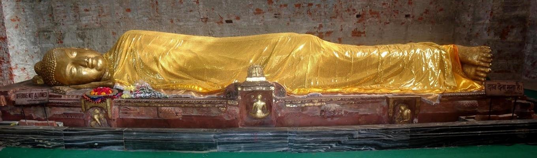 Pho tượng Đức Thế Tôn trong tư thế nhập niết bàn trong chùa Đại Niết Bàn