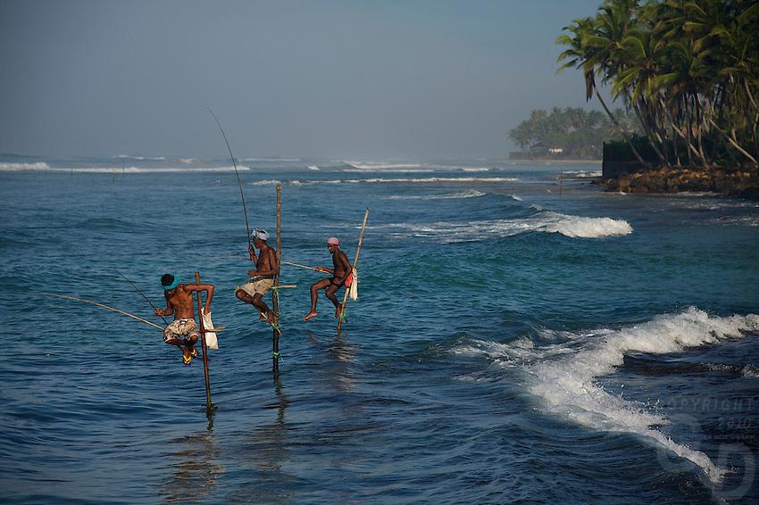 Hình ảnh ngư dân Sti Lanka ngồi câu cá trên những chiếc cà kheo là đề tài được nhiều nhiếp ảnh gia săn đón mỗi lần có dịp du lịch Sri Lanka