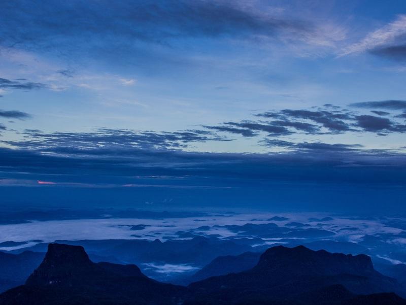 Khung cảnh mờ ảo, huyền bí nhìn từ đỉnh núi trước lúc mặt trời mọc