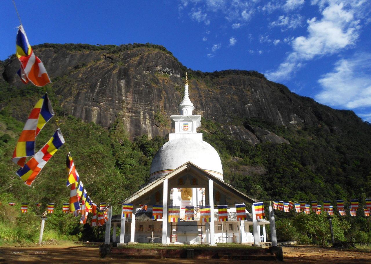 Bảo tháp đặc trưng của Sri Lanka trên đường lên đỉnh Adam's Peak