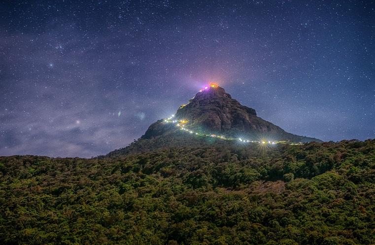 Hình ảnh tuyệt đẹp do những đoàn người hành hương lên đỉnh Adam's Peak tạo nên