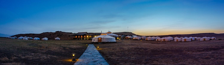 Những chiếc lều tròn màu trắng - gọi là ger - là hình ảnh đặc trưng của đời sống du mục Mông Cổ. Hầu hết các căn lều được bài trí giống nhau. Bếp lò có ống khói được đặt giữa lều - vừa để nấu nướng