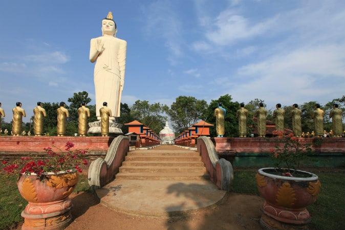 ...và tượng Phật