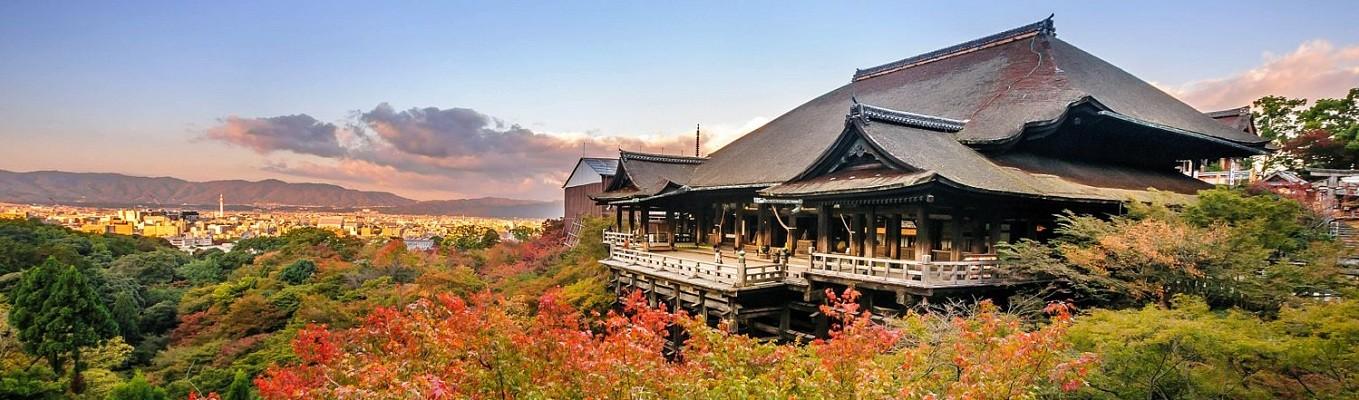 """Chùa Thanh Thủy – một trong những ngôi chùa nổi tiếng nhất Cố đô Kyoto. Chùa nổi tiếng với ba ngọn thác là """"Học hành, Trường thọ và Tình duyên"""" được cho là sẽ ban phúc cho những ai uống nước ở một trong ba ngọn thác này"""