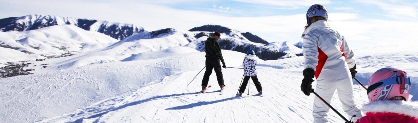 Tại Yangjipine skiing, Quý khách sẽ được hướng dẫn cách trượt tuyết với những dụng cụ trượt (chi phí tự túc) hoặc quý khách đùa nghịch tuyết với những trò chơi tại khu Yangjipine skiing