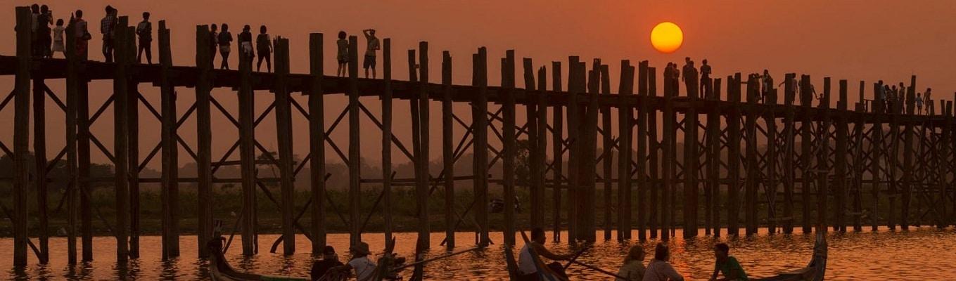 Cây cầu U Bein - biểu tượng của Amarapura làm bằng gỗ teak tới 200 năm tuổi, mà không dùng tới một chiếc đinh nào