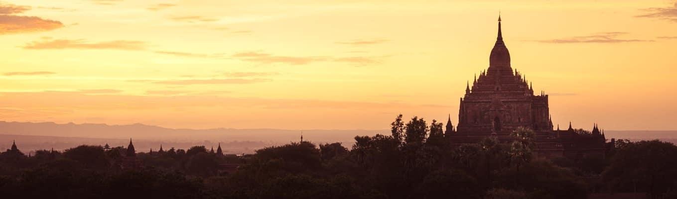 Đền Ananda được mệnh danh là ngôi đền đẹp nhất ở Bagan có 4 tượng Phật lớn bằng vàng đặt ở 4 hướng. Trong đó tượng Đức Phật ở phía nam (Phật ca diếp) được giới thiệu rằng khi tiến đến Đức Phật để cầu nguyện, hãy luôn mỉm cười để lòng được thanh thản. Bốn Đức Phật dựng ở bốn hướng là những Đức Phật đã đạt được cõi Niết bàn.