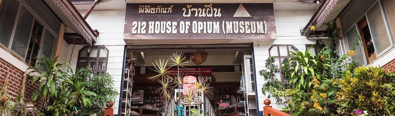 """Cách ngã ba biên giới 2 km về hướng Mae Sai, Hall Of Opium - """"lâu đài thuốc phiện"""" - bảo tàng hoành tráng nhất châu Á về chủ đề này nằm ăn sâu vào một quả đồi với tổng diện tích xấp xỉ 6.000 mét vuông"""