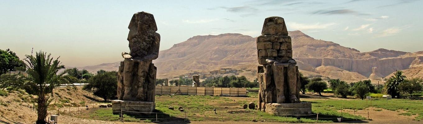 Colossi of Memnon bao gồm hai tượng đài đá khổng lồ mô phỏng hình ảnh pharaoh Amenhotep đệ tam trên ngai vàng. Nhiệm vụ của Colossi là canh gác cho lối vào của đền thờ, nơi chôn cất Amenhotep
