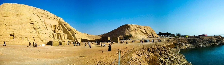 Đền thờ Abu Simbel nằm bên cạnh đập Aswan. Bên trong là bốn bức tượng