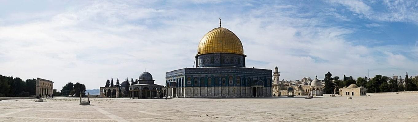 Đền Thờ Đá Tảng (Dom of the Rocks), nơi có tảng đá tương truyền tiên tri Mohamed để lại dấu chân của ông khi được thiên sứ đưa về trời, được người Hồi giáo xem là nơi thánh thiêng thứ ba sau La Mecca và Medina